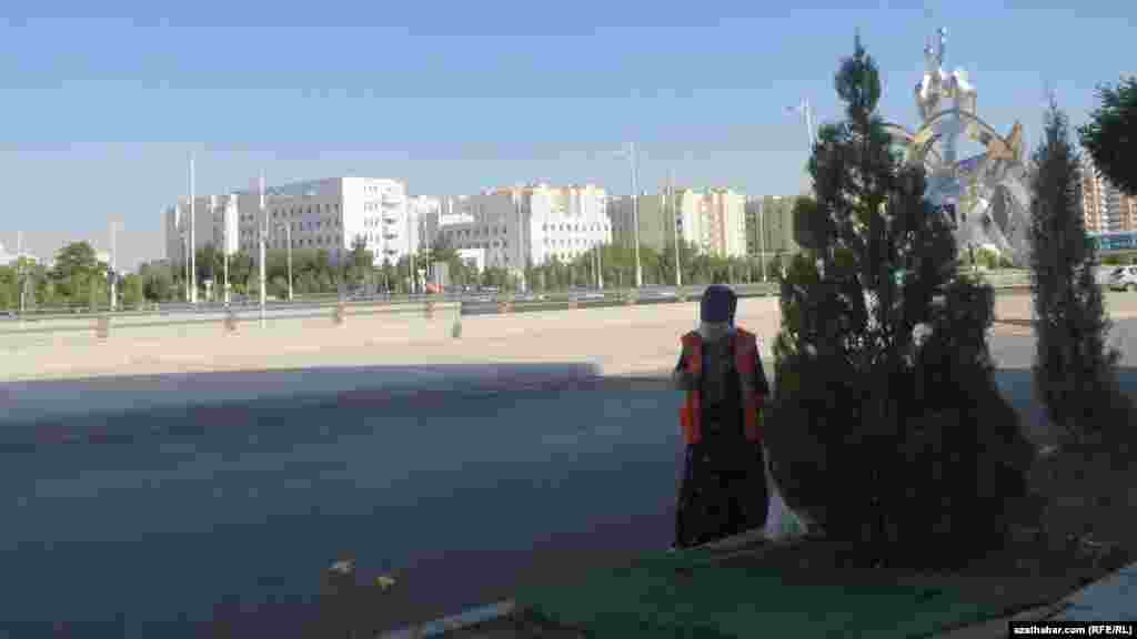 В столице Туркменистана уборку улиц осуществляют в основном женщины.