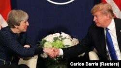 Presidenti amerikan, Donald Trump (djathtas) dhe kryeministrja britanike, Theresa May në takimin e sotëm në Davos, Zvicër