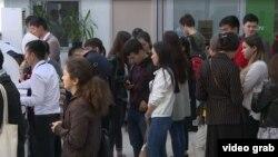 Мекенжай анықтамасы үшін кезекте тұрған студенттер. Алматы, 18 сәуір 2019 жыл.