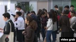 Жашаган дарек тууралуу маалымкат алуу үчүн кезекте турган студенттер. Алматы, 18-апрель, 2019-жыл.