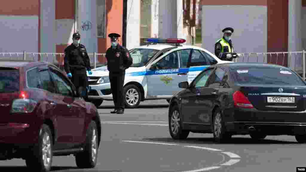 Российская полиция полуострова дежурит на площади Советской в крымской столице