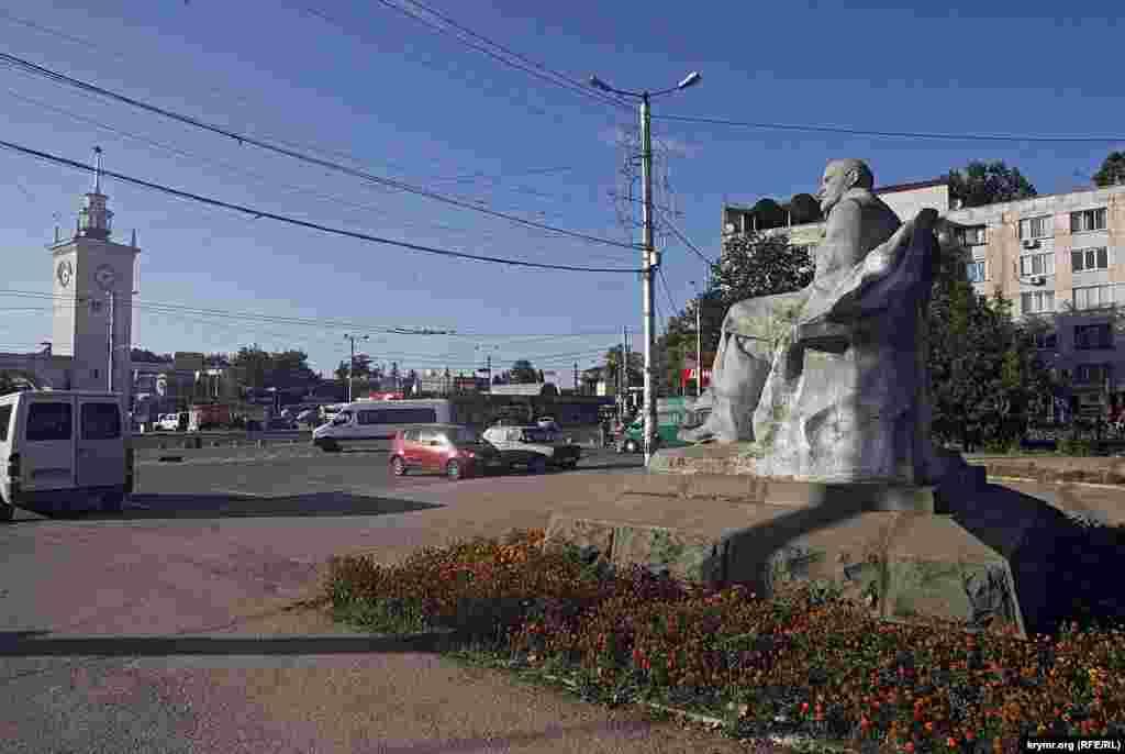 Еще один Ленин встречает приезжих на симферопольском вокзале – в начале одноименного бульвара. Отличное место для будущего монумента освободителю Крыма от большевиков в 1918 году – Петру Болбочану.