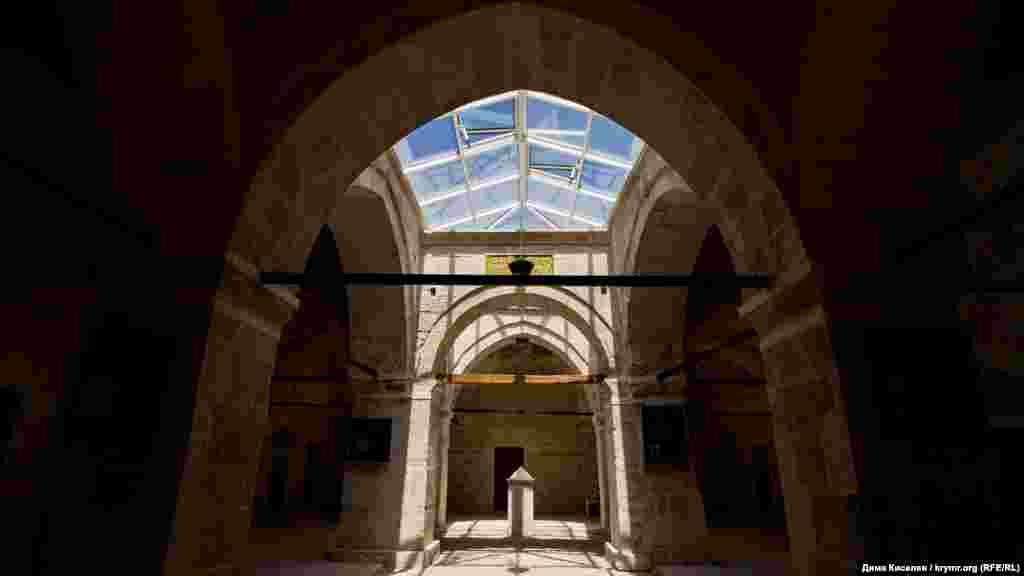 Внутри здания просторно. В центре когда-то работал фонтан, по обе стороны от него – жилые и учебные комнаты. Сейчас здесь размещается галерея. Купол атриума венчают уже современные стеклопакеты