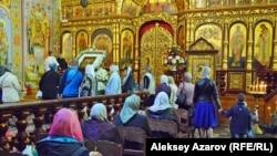 В дни Пасхи алматинские храмы посещают тысячи людей, как видно по этой архивной фотографии. Казахстан, Алматы, 7 апреля 2018 года.