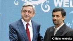 Prezident Mahmud Əhmadinejad ermənistanlı həmkarı Serj Sarkisyanla. Tehran, 13 aprel 2009