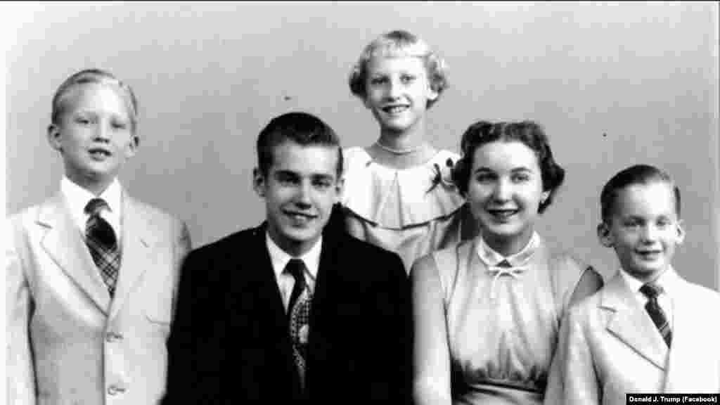 دونالد ترامپ، رئیس جمهوری کنونی آمریکا (نفر سمت چپ) به همراه خانواده