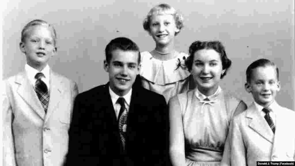Трамп (слева) – четвертый из пяти детей в семье. Его отец, Тред Трамп, был успешным нью-йоркским застройщиком. Именно он предоставил сыну миллионы на поднятие собственного бизнеса.