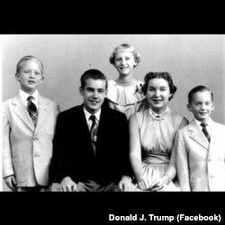 Дональд Трамп с братьями и сестрами. Дональд – крайний слева
