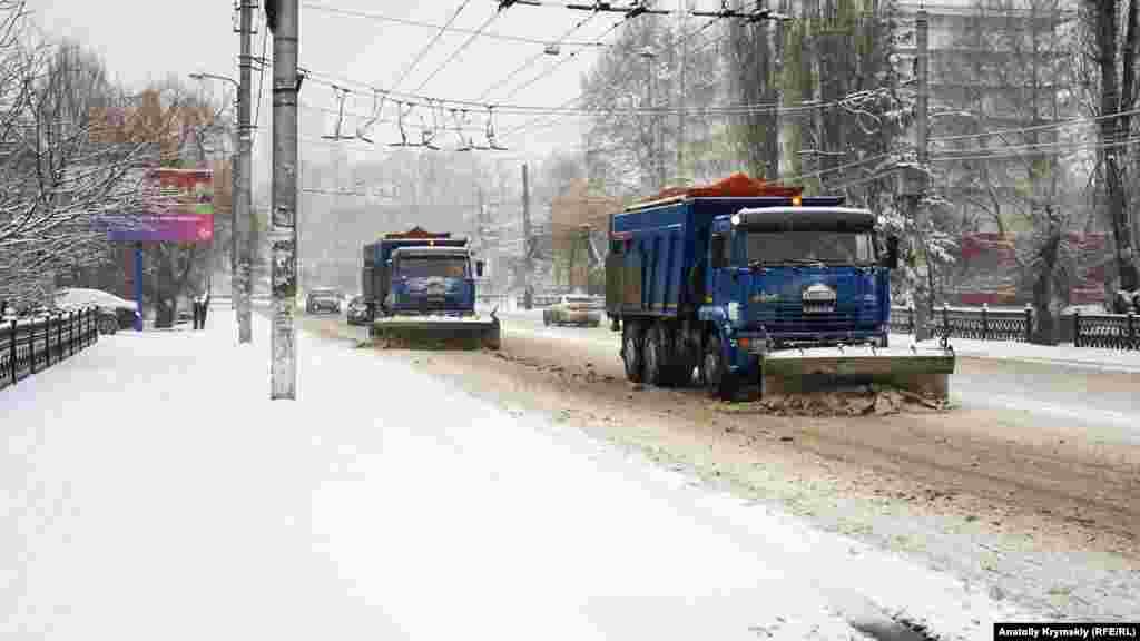 7 січня в Сімферополі прибирати проїзну частину і тротуари взялися двірники і снігоприбиральна техніка