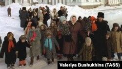 Николай Стремский жана анын жубайы Галина асырап алган балдары менен бирге.