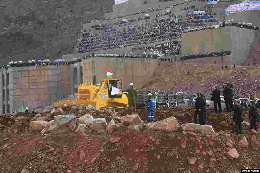 Узбекистан выступал главным противником строительства Рогунской ГЭС. Руководство этой страны ранее неоднократно выражало свою обеспокоенность строительством этой гидростанции и заявляло, что ГЭС может стать причиной огромных по масштабу экологических и техногенных бедствий для стран ниже по течению реки.