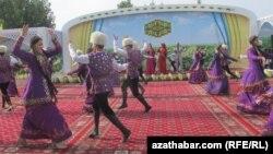Türkmenistanda geçirilen köpçülikleýin çäreleriň birinde tans edýän ýaşlar. Arhiwden alnan surat