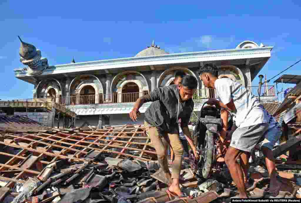 دهها نفر در دومین زمینلرزه طی یک هفته در جزیره لومبوک اندونزی کشته شدند. انتقال گردشگران و شهروندان از مناطق آسیبدیده به سختی پیش میرود. Antara Foto/Ahmad Subaidi