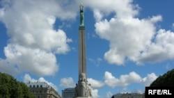 Поездка в Ригу обернулась для главного белорусского оппозиционера новыми проблемами. На фото: монумент в честь восстановления латвийской государственности