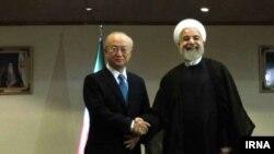 Yukia Amano në takim me presidentin e Iranit, Hasan Rohani.
