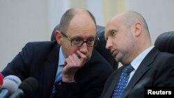 Премьер-министр Украины Арсений Яценюк (слева) и исполняющий обязанности президента Александр Турчинов.