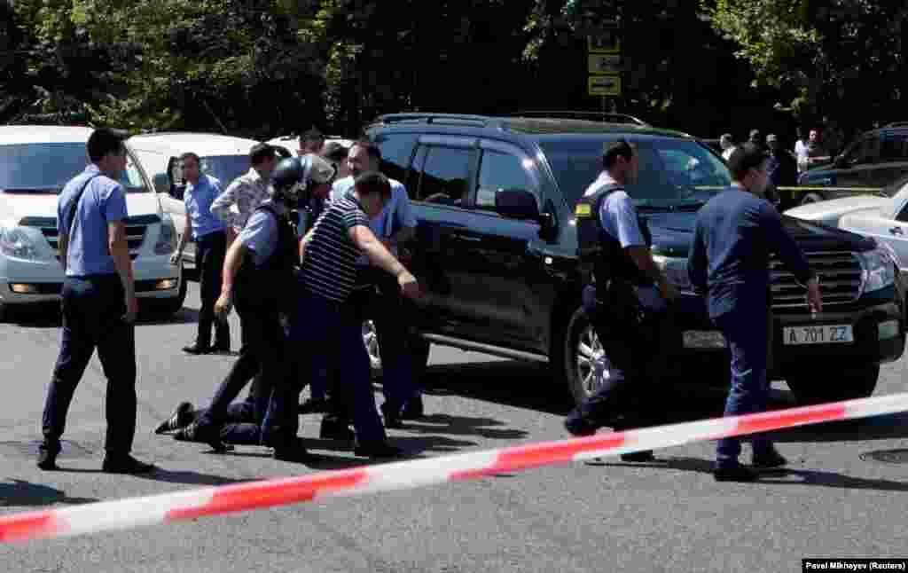 """Полиция """"бұрын заңсыз қару сақтағаны үшін қылмыстық жауапкершілікке тартылған Күлекбаев түрмеде түскені үшін кек алған"""" деп болжайды."""