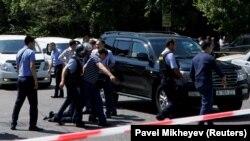 Полицейские в центре Алматы в день проведения «антитеррористической операции». 18 июля 2016 года.