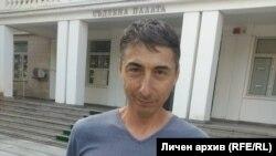 Журналистът на свободна практика Димитър Пецов вече не е обвиняем за притежание на дрога, а досегашното разследване срещу него продължава по версията, че наркотиците са подхвърлени в колата му с цел набеждаване