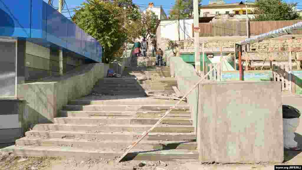 На противоположной стороне площади Захарова лестницу в сторону Старой Северки тоже ремонтируют. Обход затруднителен и местные жители вынуждены ходить через стройку