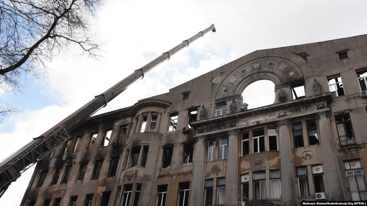 Пожар в одесском колледже: Зеленский дал звания героев погибшим – преподавательнице и спасателю