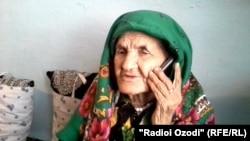 Бадан Исматова ҳангоми сӯҳбати телефонӣ.