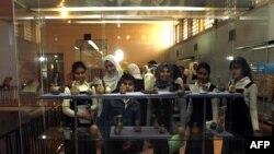 شماری از دانشآموزان عراقی در حال بازدید از موزه ملی عراق