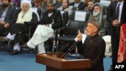 Авганистанскиот претседател Хамид Карзаи се обраќа на Џиргата.