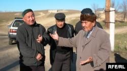 Мужчины-репатрианты рассказывают о проблемах репортеру Азаттыка. Алматинская область, ноябрь 2008 года.