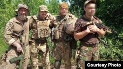 Дмитро Гержан – крайній зліва, поруч із ним Олександр Колодяжний, загиблий під час операції із виведення Цемаха