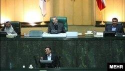 احمدی نژاد در حال پاسخ به سوالات نمایندگان مجلس- ۲۴ اسفندماه ۱۳۹۰