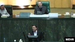 Иран президенті Махмұд Ахмединежад парламентте сөйлеп тұр (төменде). Тегеран, 14 наурыз 2012 жыл.