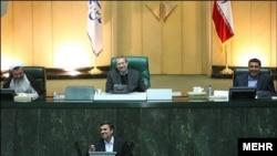 محمود احمدینژاد در حال پاسخ به سوالات نمایندگان در مجلس- ۲۴ اسفندماه ۱۳۹۰