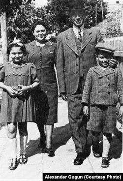 Арон Вільф з родною. Мешканці західних теренів України (тоді територія Польщі) до Другої світової війни