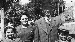 Арон Вільф з родиною напередодні Другої світової війни
