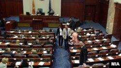Македония парламенти. Парламент мурдараак таратылганы менен Конституциялык сот кийинки шайлоого камылганы токтотконуна байланыштуу жыйын кайра чакырылган.