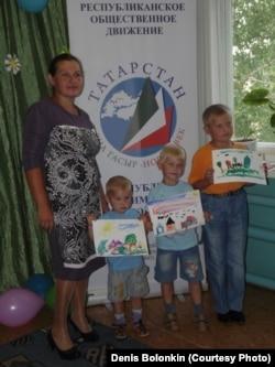 Елена Болонкина с младшими сыновьями Марком, Даниилом и Никитой