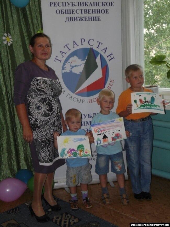 Елена Болонкина с младшими сыновьями: Марком, Даниилом и Никитой