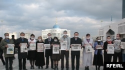 Группа независимых журналистов проводит акцию протеста против усиления цензуры. Астана, 16 октября 2009 года.