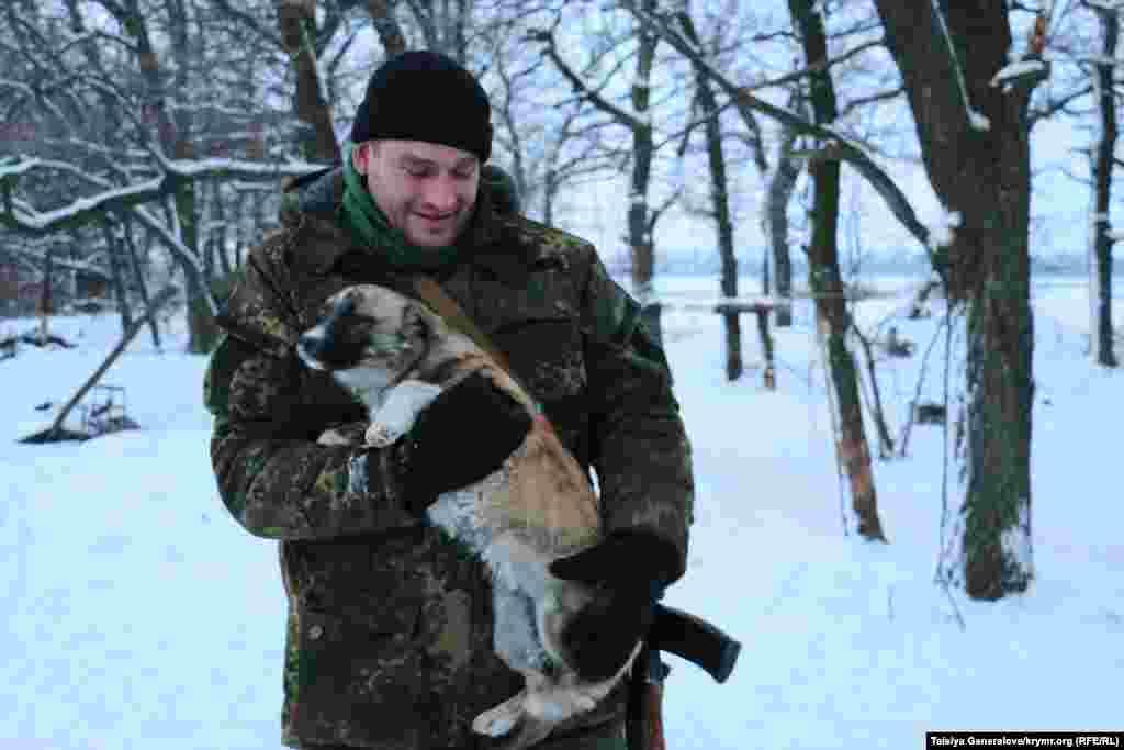 Офицер с собакой. Кроме собак, у военных в блиндаже живет кот, а у их сослуживцев прямо на открытом воздухе - утка.