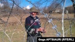 Что делать с фактом присвоения сельхозугодий, грузинские власти, судя по всему, не знают. Остается лишь помочь местным жителям собрать оставшийся урожай