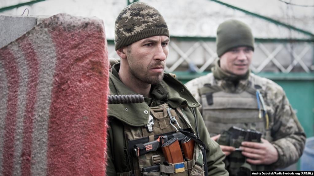 «Арей» та водій Василь. «Арей» – військовий льотчик, почав війну в 2014-му під Донецьком аеропортом на висоті «Зеніт»