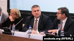 Намесьнік міністра замежных спраў Алег Краўчанка (у цэнтры)