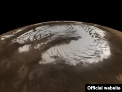 Озеро розташоване поблизу південного полюса планети під півторакілометровим шаром марсіанського льоду