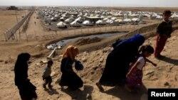 شماری از آوارگان جنگ موصل که از دست شبهنظامیان گروه داعش فرار کردهاند.