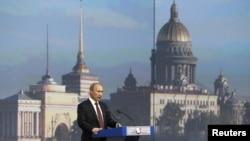 Владимир Путин обращается к участникам международного экономического форума в Санкт-Петербурге. 21 нюня 2012 г