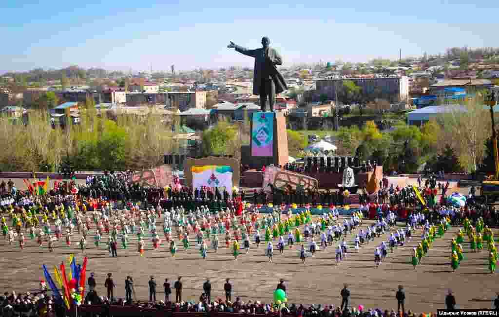 Торжества на центральной площади Оша.