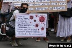 """Плакат на протестите във Виена, в който авторът нарича правителството """"смъртоносен вирус""""."""
