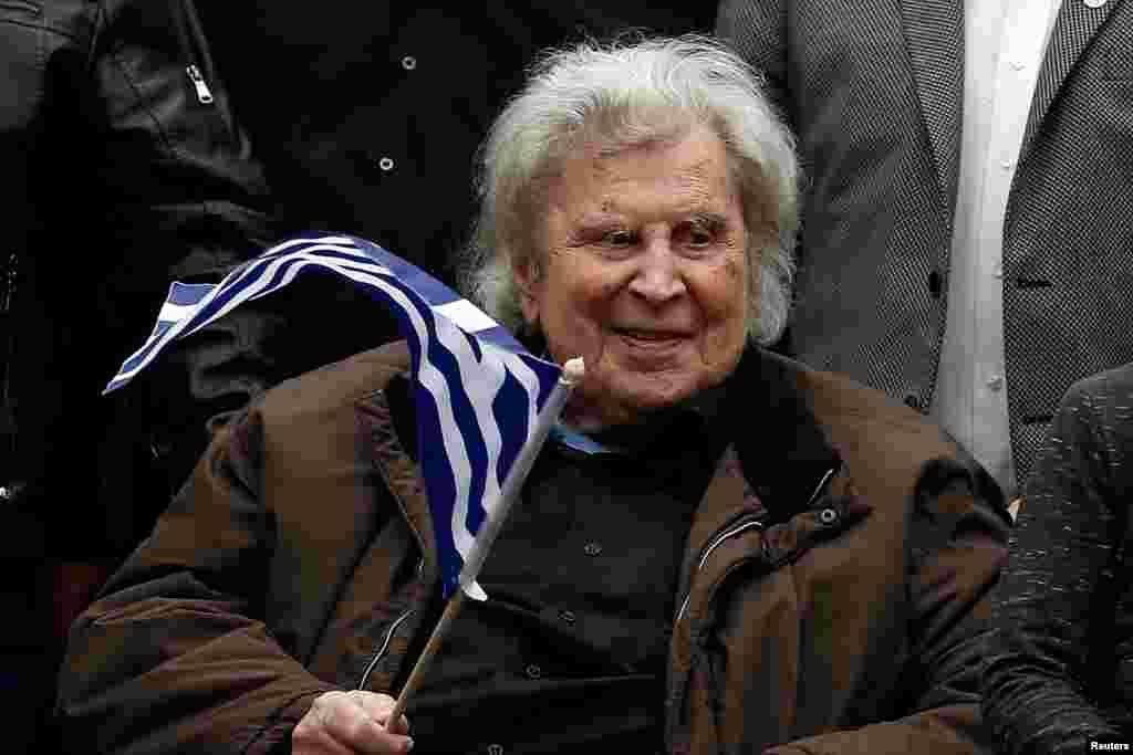 ГРЦИЈА - Грчкиот композитор Микис Теодоракис денеска беше погребан на островот Крит, по негово барање, објави Комунистичката партија на Грција.