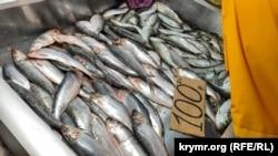 Керченская селедка на рыбном рынке в Керчи, апрель 2021 года